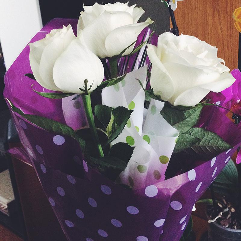 trandafiri albi de opt martie