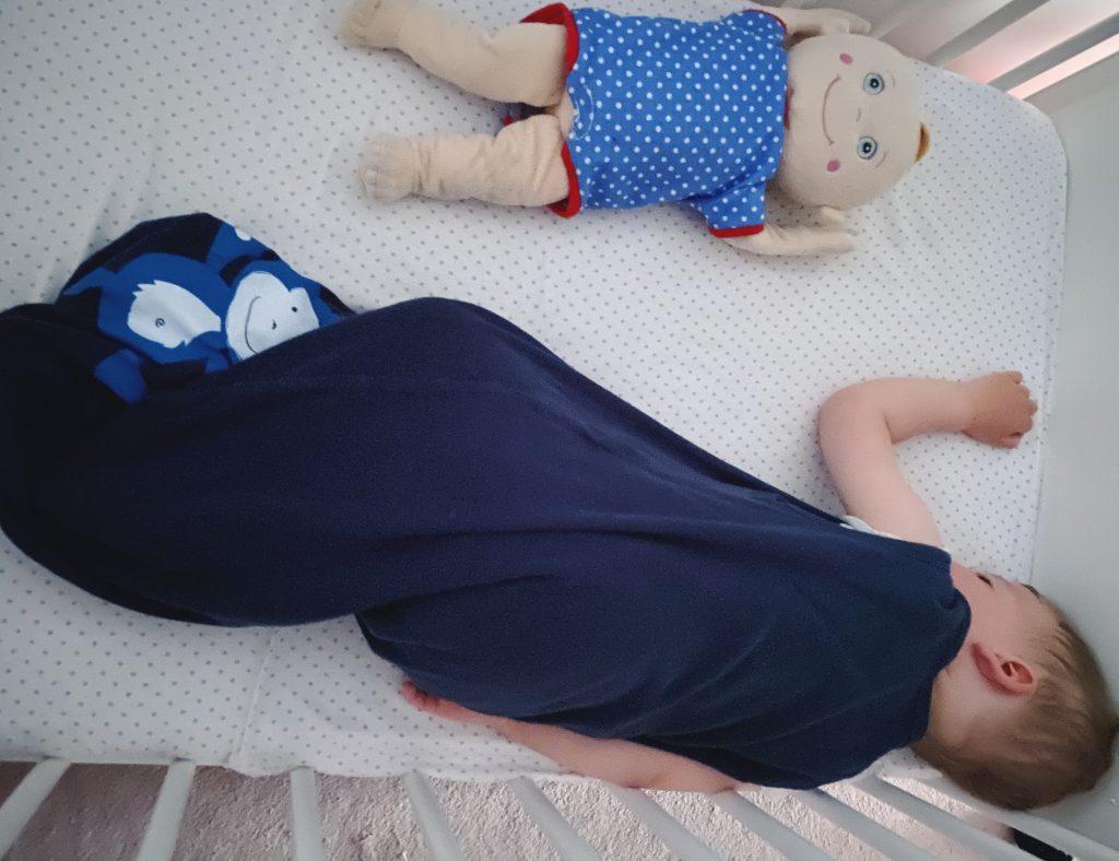 somnul bebelușului care adoarme singur